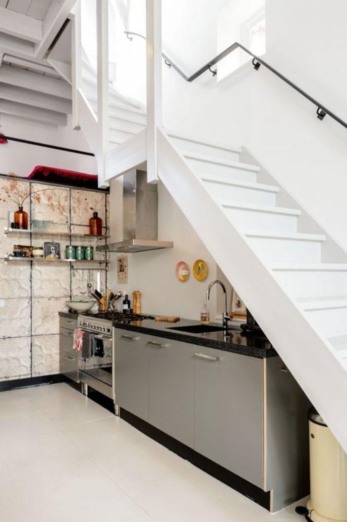 cuisine gris et granite sous escalier blanc mur credence blanche étagères métal ouvertes deco murale assiettes carrelage sol blanc