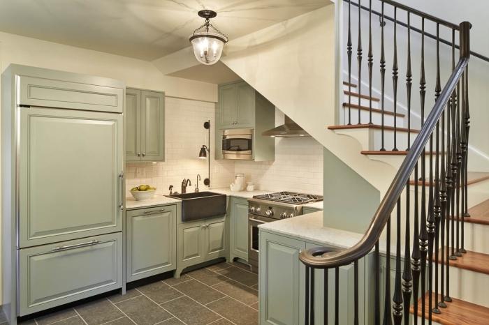 cuisine sous escalier décoration agencement en u meubles de cuisine en vert pastel crédence carrelage blanc