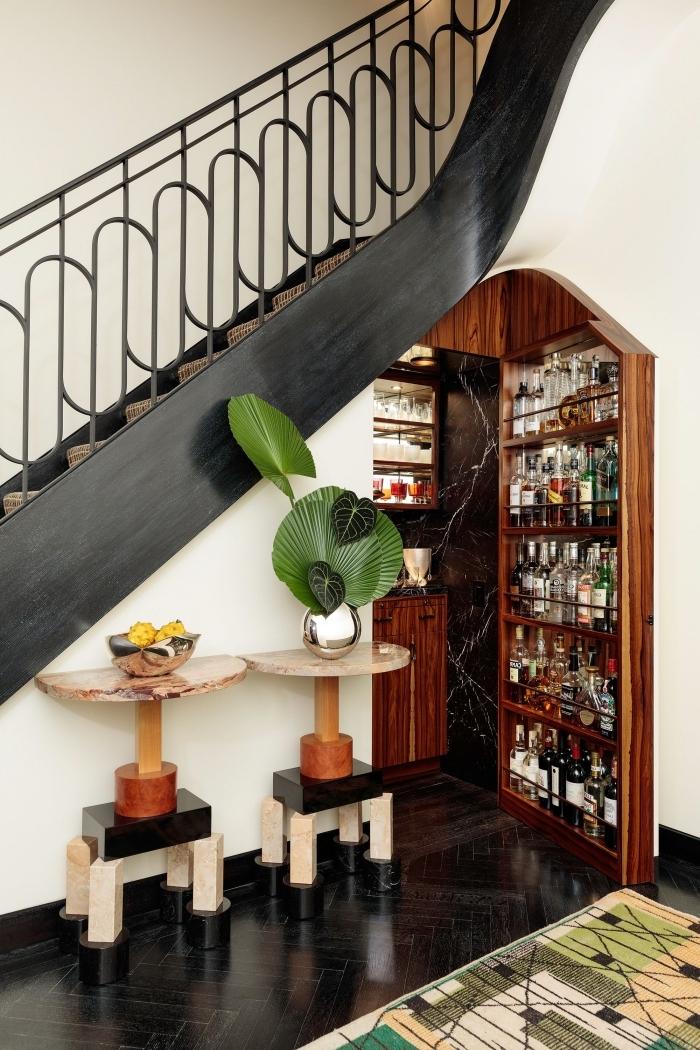 cuisine sous escalier meuble rangement bouteuilles de vin design escalier noir fer déco élégante