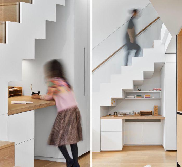 déco appartement minimaliste aménagement sous escalier de petite kitchenette blanche avec plan de travail bois