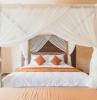 déco chambre a coucher adulte style moderne couleur peinture beige lit baldaquin voilure blanc transparent