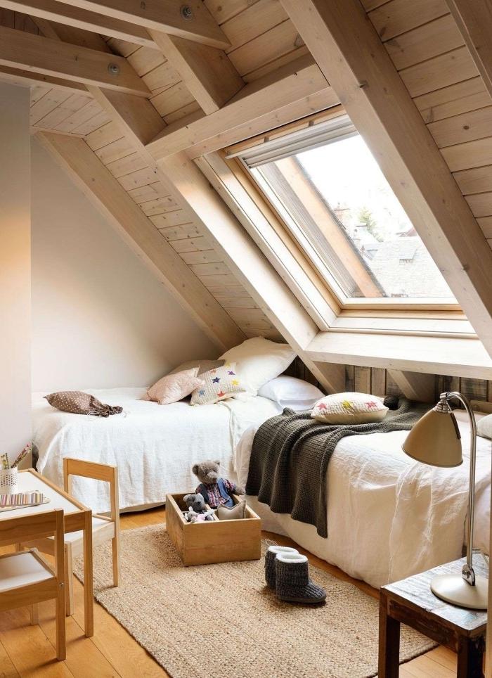 déco cocooning fenetre de toit poutres apparentes combles aménagés tapis fibre végétale