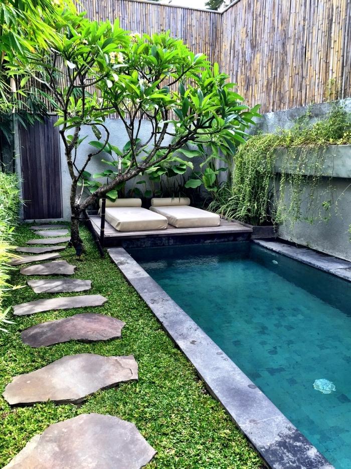 déco extérieure avec piscine transats sentier dalles zigzag aménager un petit jardin de 10m2 gazon