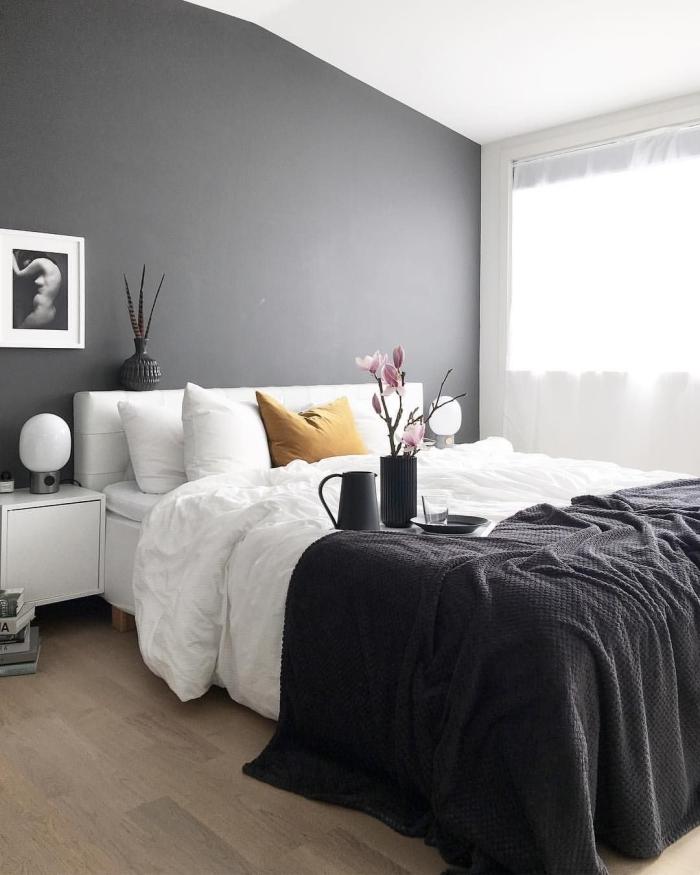 déco sous combles sol stratifié quel mur peindre en foncé pour agrandir une pièce chambre blanc et gris