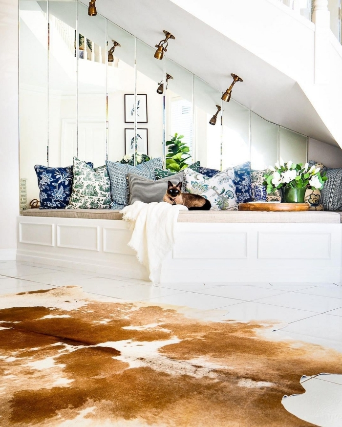 déco sous escalier cocooning meuble de rangement avec assises housse coussins décoratifs éclairage