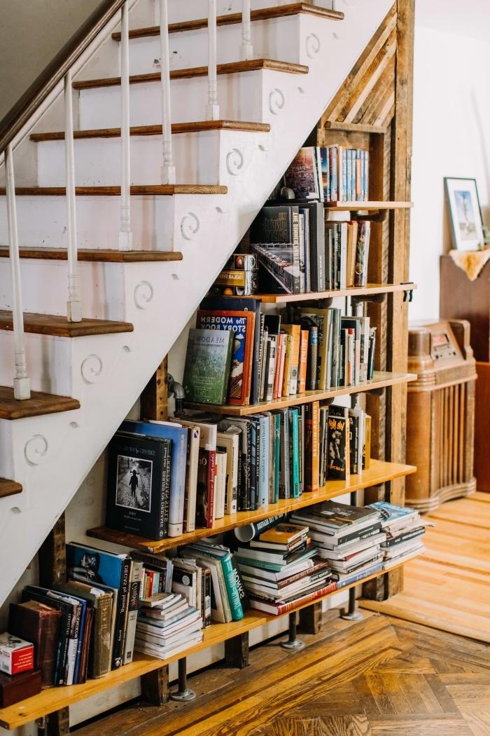 décoration bibliothèque sous escalier rangement sous pente collection livre étagères bois foncé