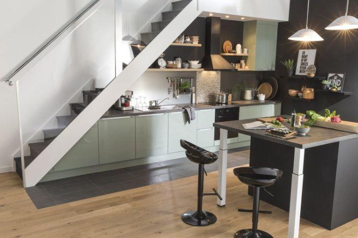 décoration de cuisine gris clair mur crédence noire ilot central noir tabourets suspensions blanches amenagement sous pente