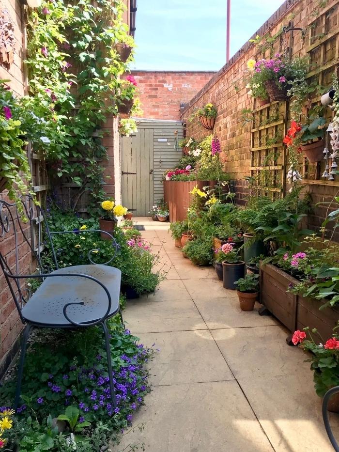 décoration extérieur banquette en fer forgé amenagement petit jardin grillage bois mur végétal