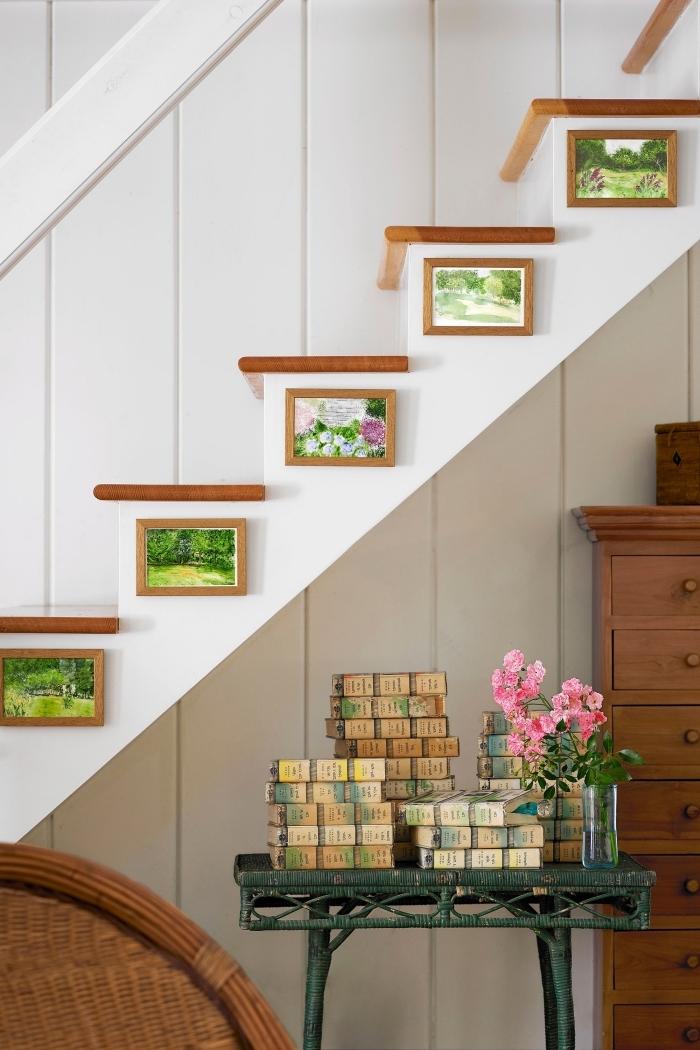 décoration intérieur entrée avec escalier blanc amenagement placard sous escalier cadres photos bois