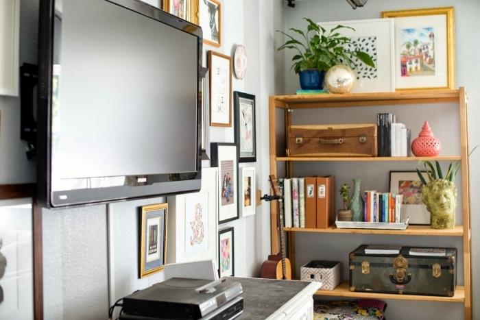 décoration intérieure mur de cadres photos meuble rangement bois plantes vertes deco mur tv design