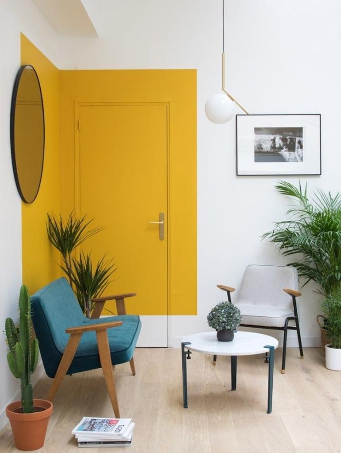 décoration murale avec peinture tendance couleur 2021 jaune pan de mur cactus plantes vertes intérieur