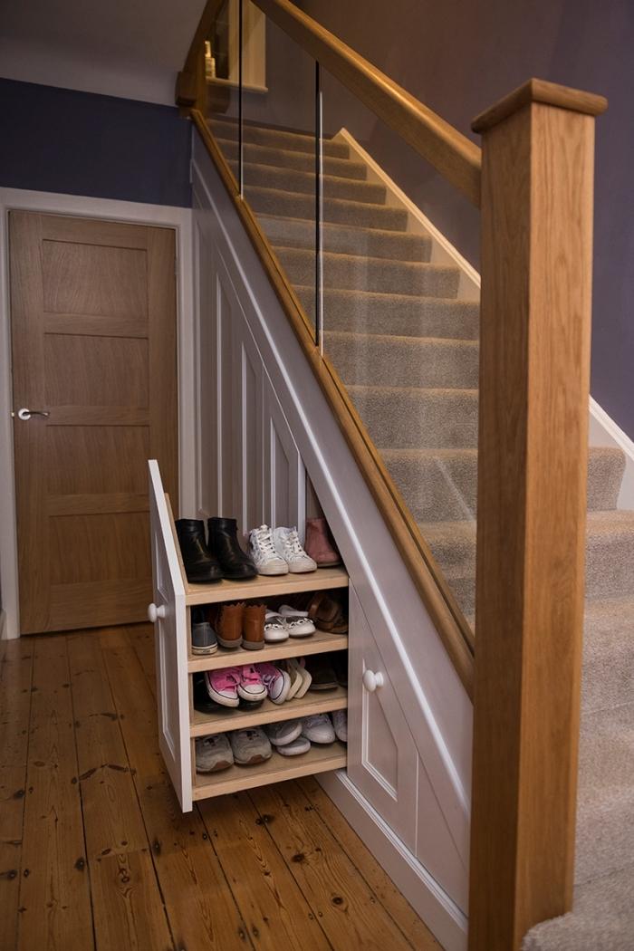décoration penderie sous escalier meuble de rangement sous pente meuble chaussures porte entrée