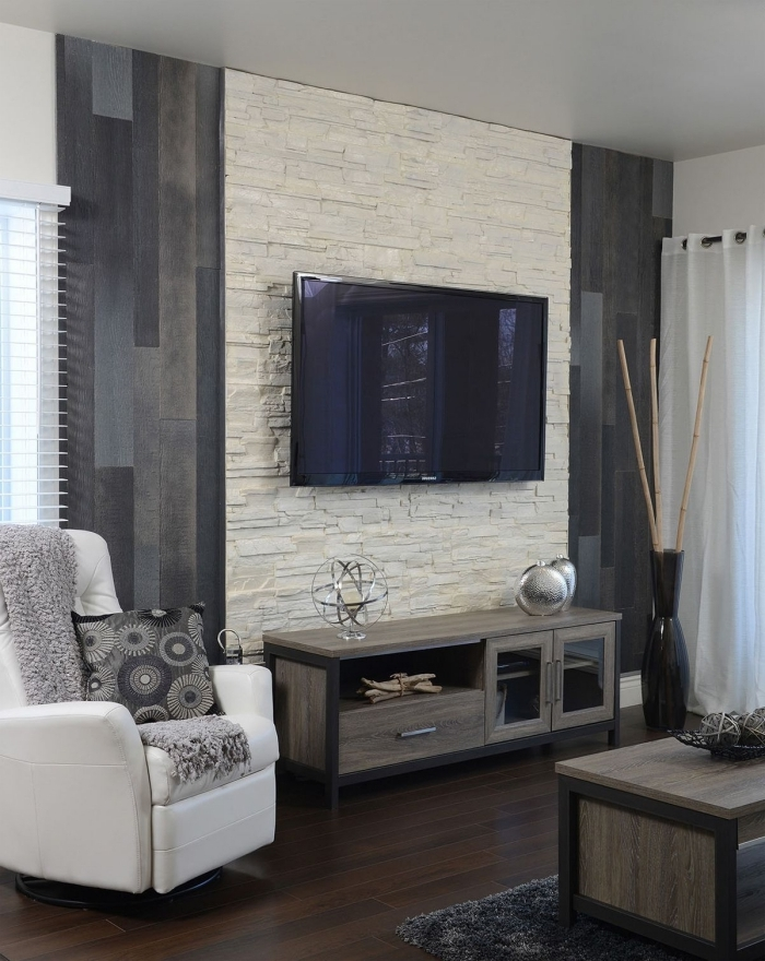 décoration petit salon moderne avec meubles en bois idée mur en pierre salon tv fauteuil blanc