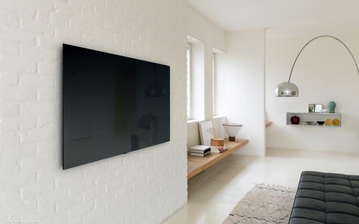 décoration salon minimaliste lampe sur pied métal mur de parement briques blanches tv mur