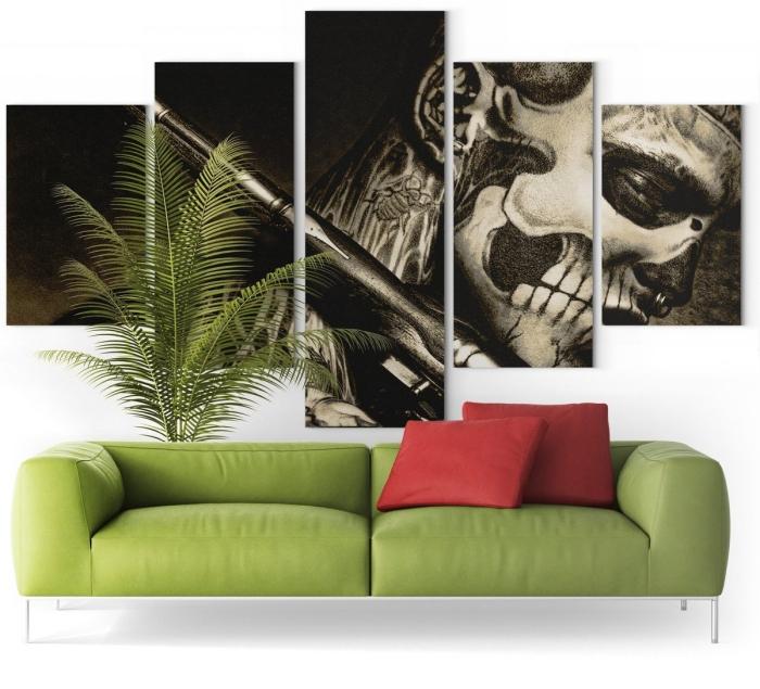 décoration salon note caractère tableau mural décoratif tête de mort canapé vert plante palmier d intérieur