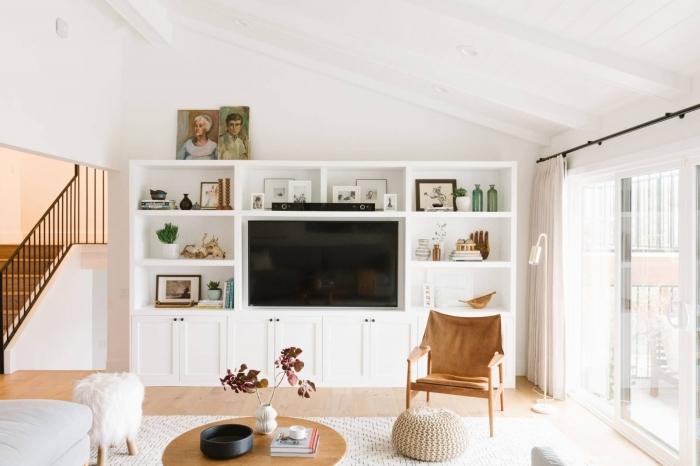 décoration salon ouvert escalier bois et blanc habillage du mur derrière tv avec meuble rangement