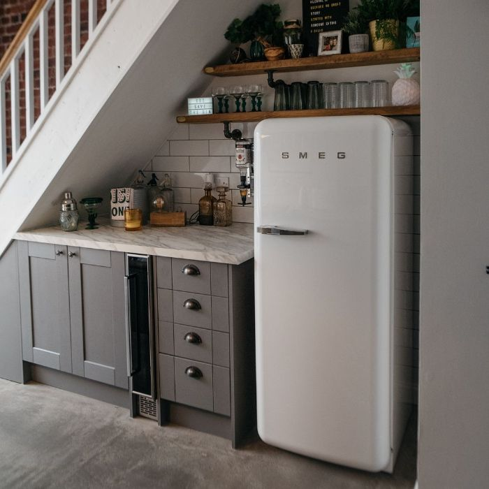 deco appartement vintage chic avec frigo blanc meuble gris plan de travail marbre étagères bois et métal ouvertes deco sous escalier