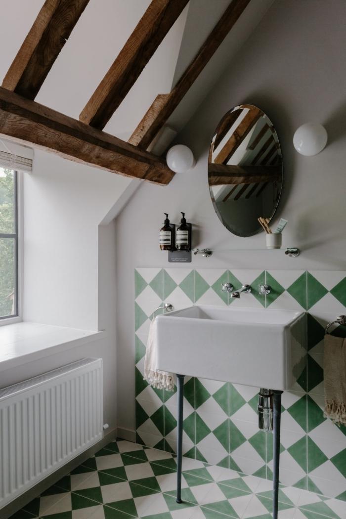 deco maison de campagne plafond blanc poutres bois foncé carrelage blanc et vert miroir ovale