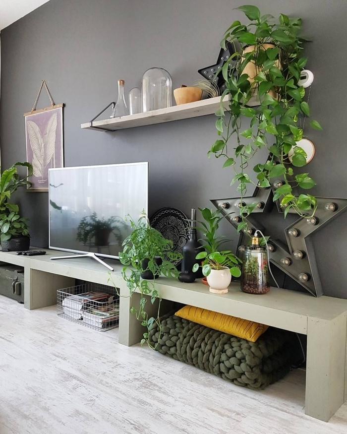 deco mur tv design peinture gris anthracite rangement étagère suspendue bois plaid grosse maille
