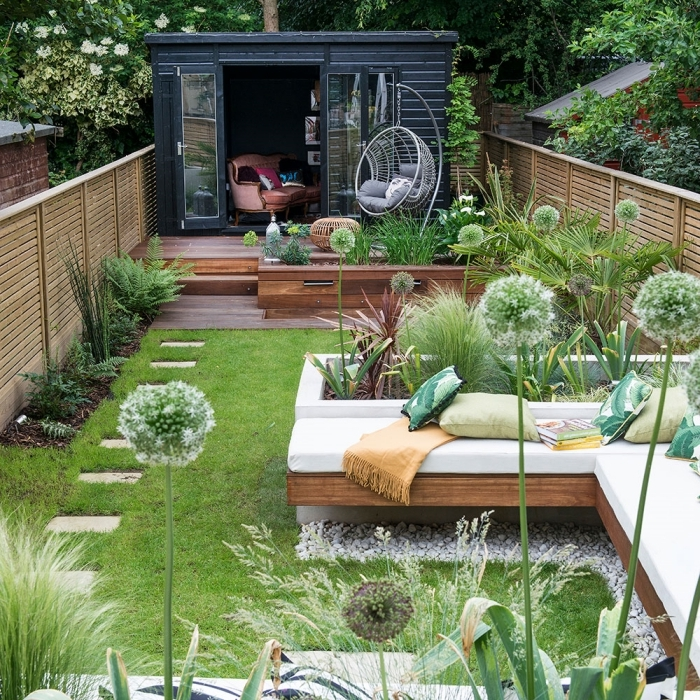 deco petit jardin avec terrasse en bois salon extérieur banquette d angle bois coussins décoratifs