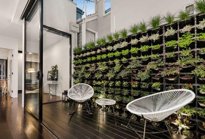 deco petite terrasse bois avec chaises et table metal blanches cachées d un mur végétal extérieur