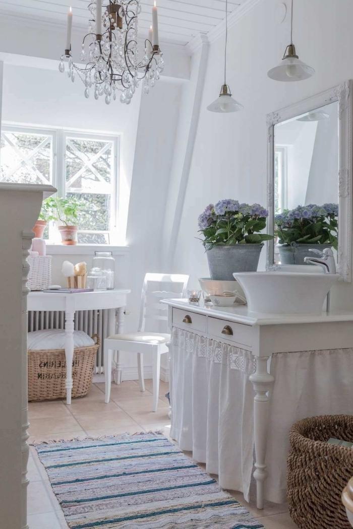 deco salle de bain bois tapis frange meuble vintage bois blanc lustre cristaux panier tressé rangement