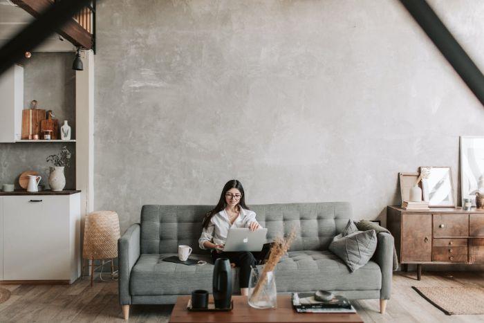 deco salon aux murs gris canapé gris et meubles de bois parquet bois exemple interieur loft chic