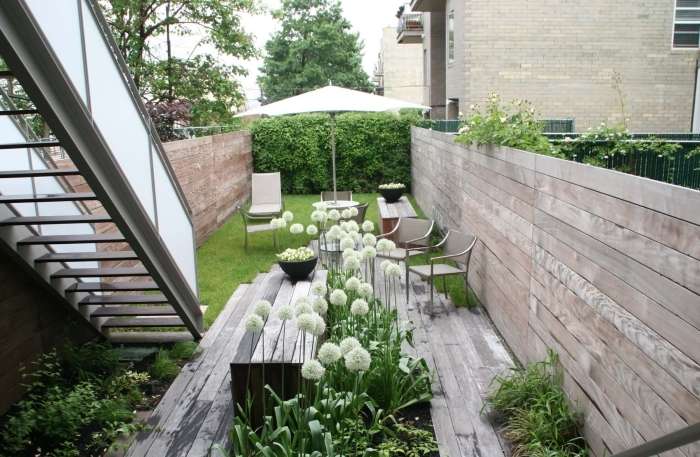 decoration exterieur jardin moderne revetement de sol bois parasol escalier sans contremarches cloture bois
