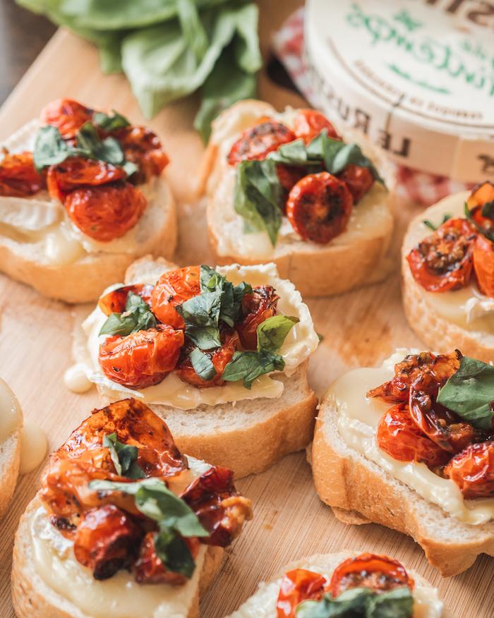 des amuses bouche avec brushettis des tomates seches de basil et camembert