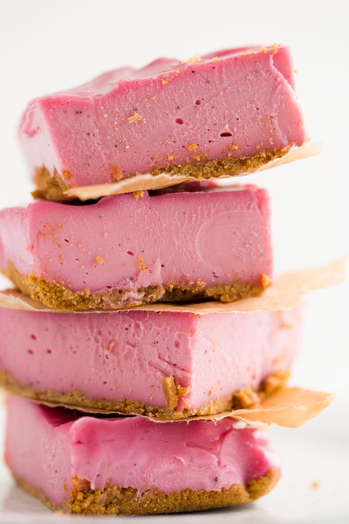 des morceau d un gateau brownie rose poses l un sur l autre