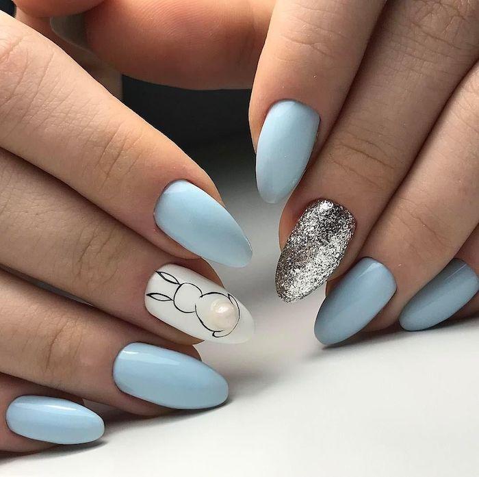 des ongles en triangle et un dessin de)lapin sur l un des doigts