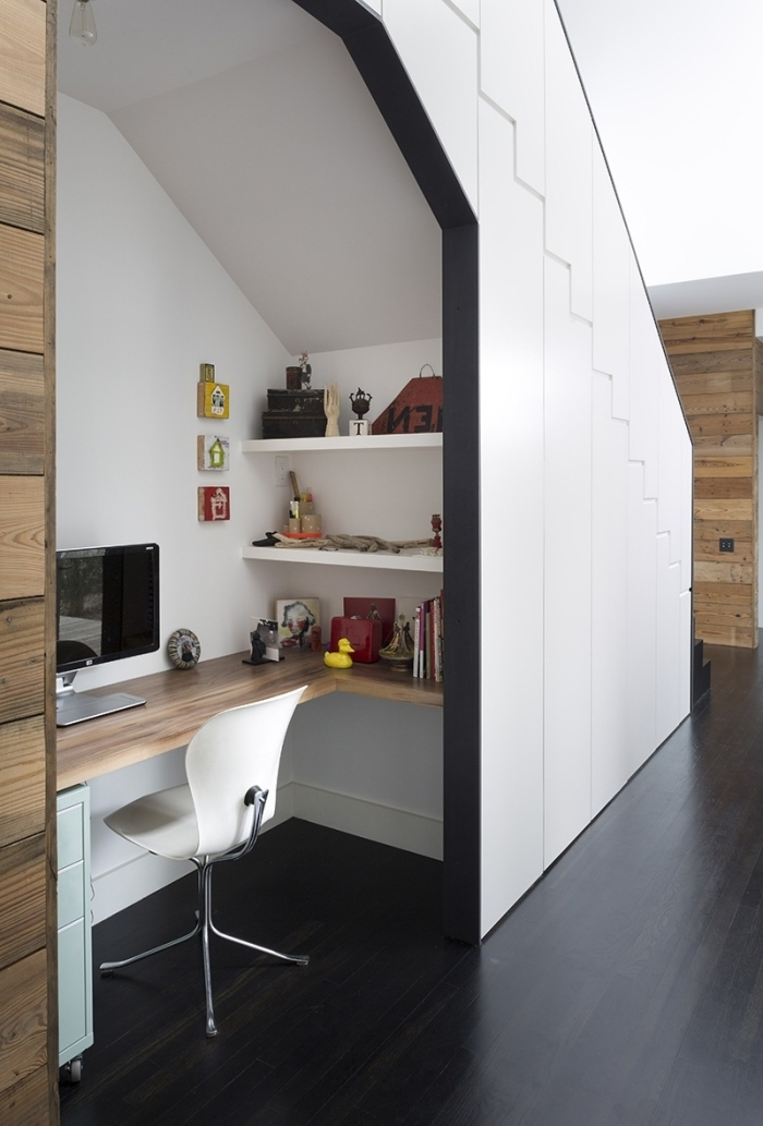 design bureau sous escalier style moderne peinture blanche bureau d angle incastré bois chaise blanche