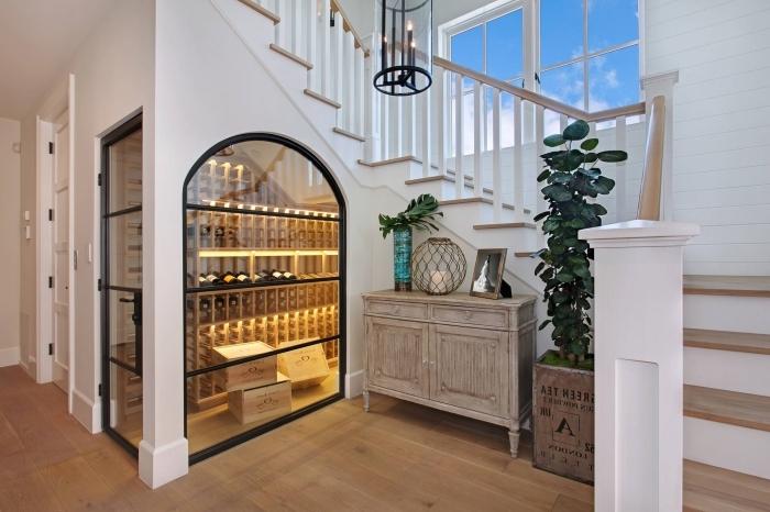 design intérieur armoire vintage bois rangement sous escalier plantes vertes intérieur bouteilles de vin