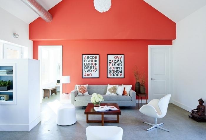 design intérieur décoration salon mur rouge canapé gris peinture murale chaise blanche statue boudhha