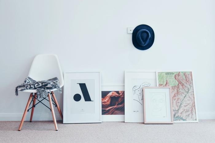 design intérieur décoration salon objets art cadres photos tableaux art style contemporain