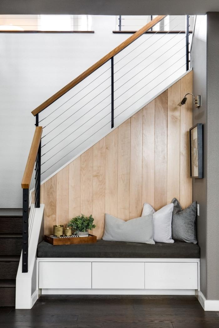 design intérieur escalier bois et noir aménagement sous escalier quart tournant revetement mural panneaux bois