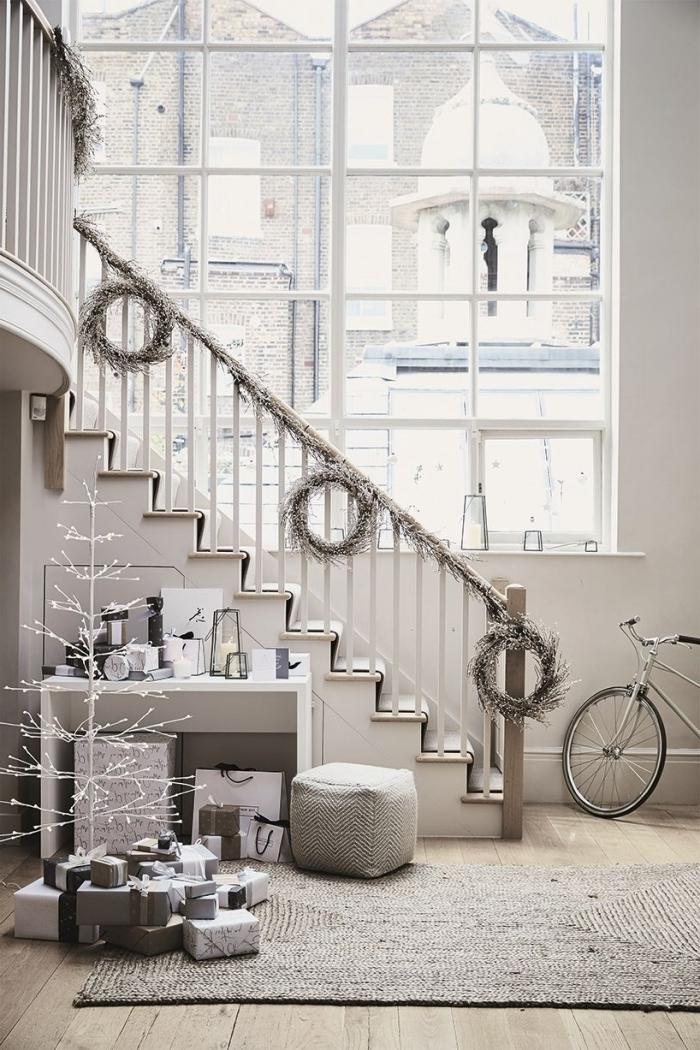 design loft indusrtiel style minimaliste aménagement sous escalier ouvert décoration bureau pouf