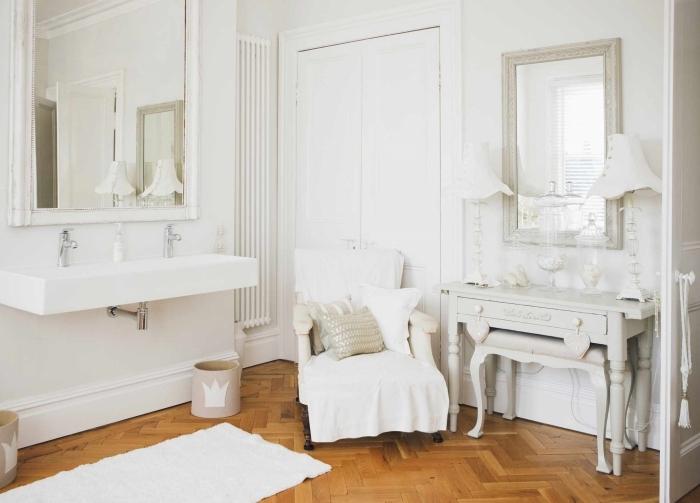 design salle de bain style retro parquet bois meubles blancs décoration maison de campagne chic