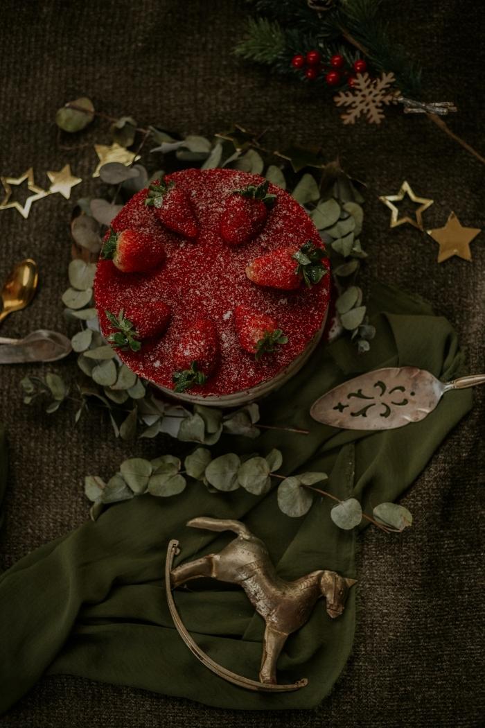 dessert aux fraises fruits rouges gâteau sucre en poudre pâte sucrée crème anglaise préparation