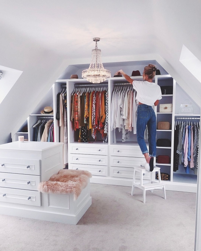 dressing sous pente décoration rangement ouvert tiroirs coussin fausse fourrure rose poudré