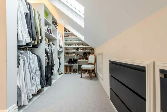 dressing sous pente organisation petit espace rangement ouvert agencement grenier fenetre toit