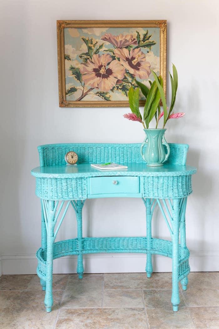 en quelle couleur peindre meuble en rotin table en bleu celeste avec une vase et horloge au dessus
