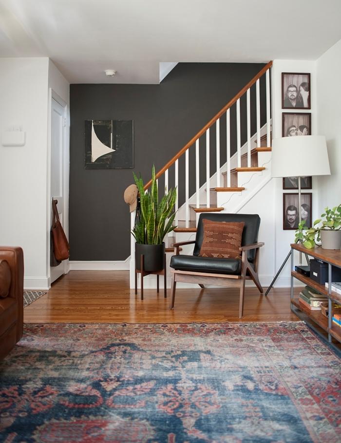 escalier bois et blanc comment disposer les couleurs de peinture dans une pièce mur gris anthracite