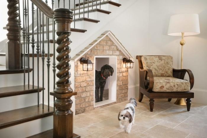 escalier bois foncé et blanc design maison chien intérieur façade briques fauteuil bois amenagement dessous escalier