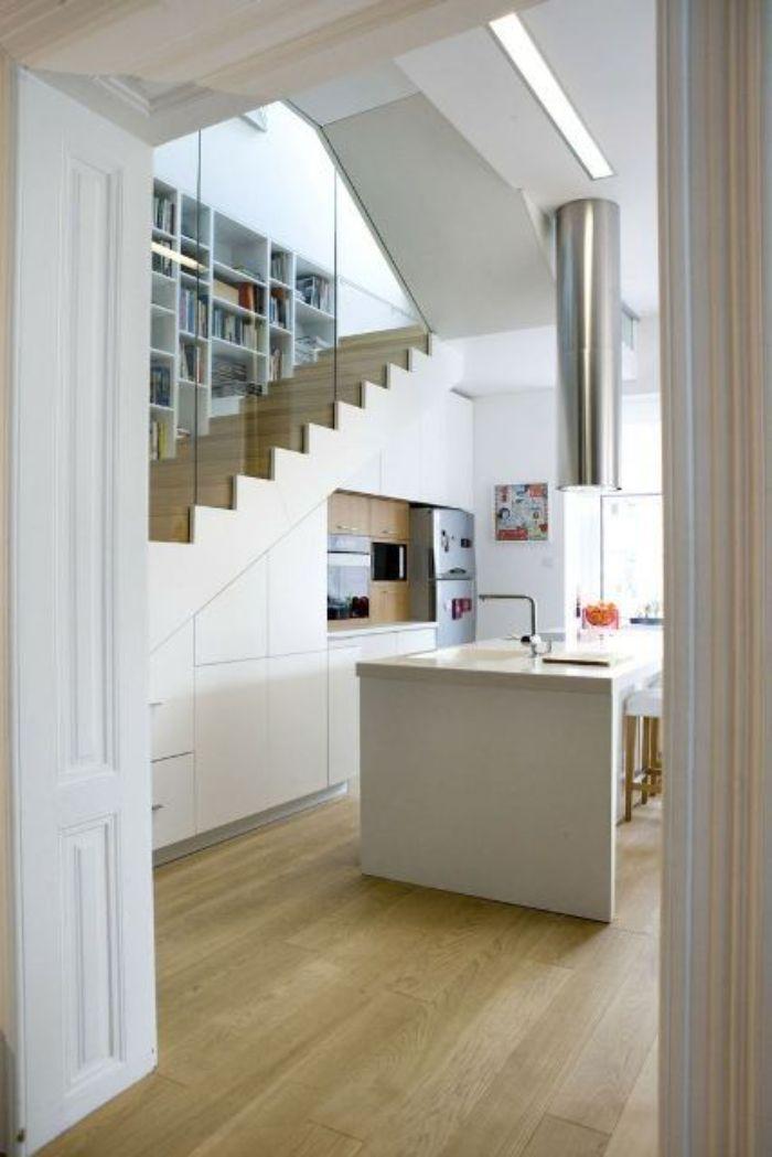 escalier séparé d une verrière meuble cuisine et ilot blanc parquet bois clair design d intérieur moderne