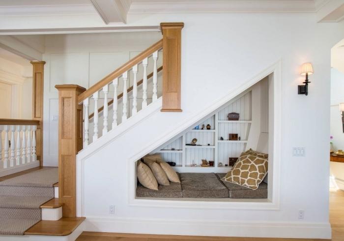 etagere sous escalier décoration coin de lecture meuble de rangement étagère bois blanc coussin beige