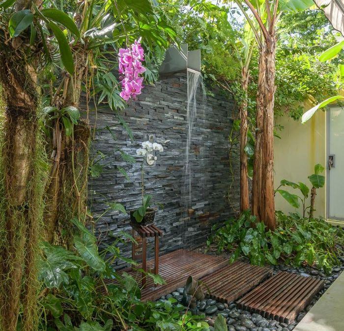 exemple d amenagement exterieur exotique mur de pierre douche exterieure pierres et plantes vertes