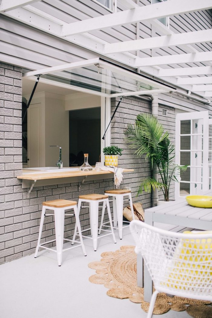 exemple d extensions de la cuisine pour l été a l aide d une fenetre trandofrme en bar