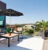 exemple de parasol droit pour balcon terrasse avec salon de terrasse original