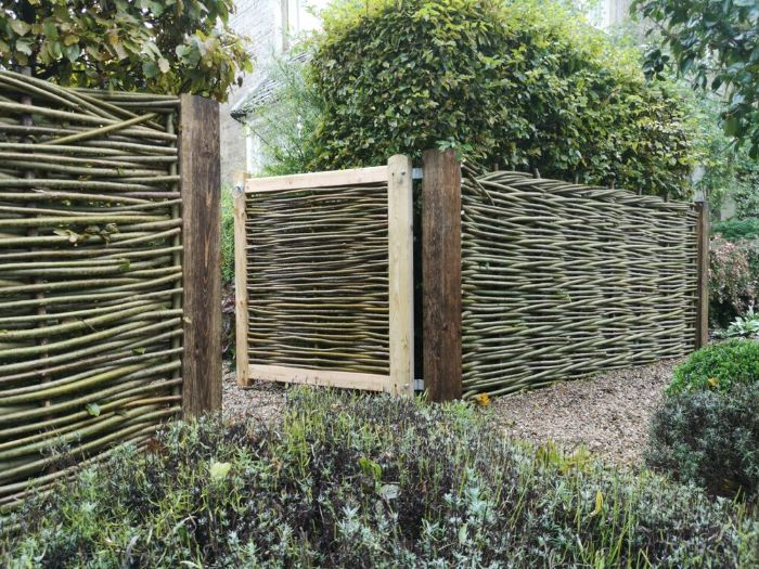 exemple de plessis de jardin pour creer une cloture de bois originale alentours végétalisés